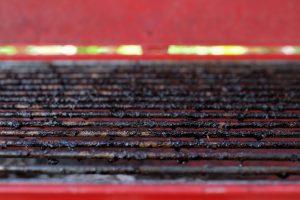 Nettoyer la grille de barbecue très sale