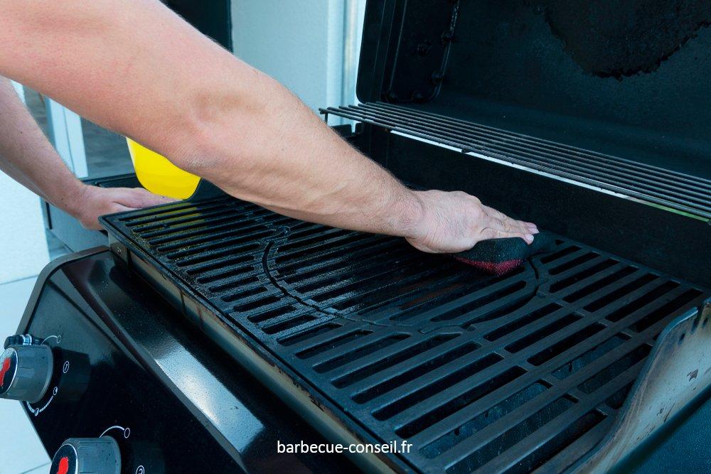Personne en train de nettoyer son barbecue