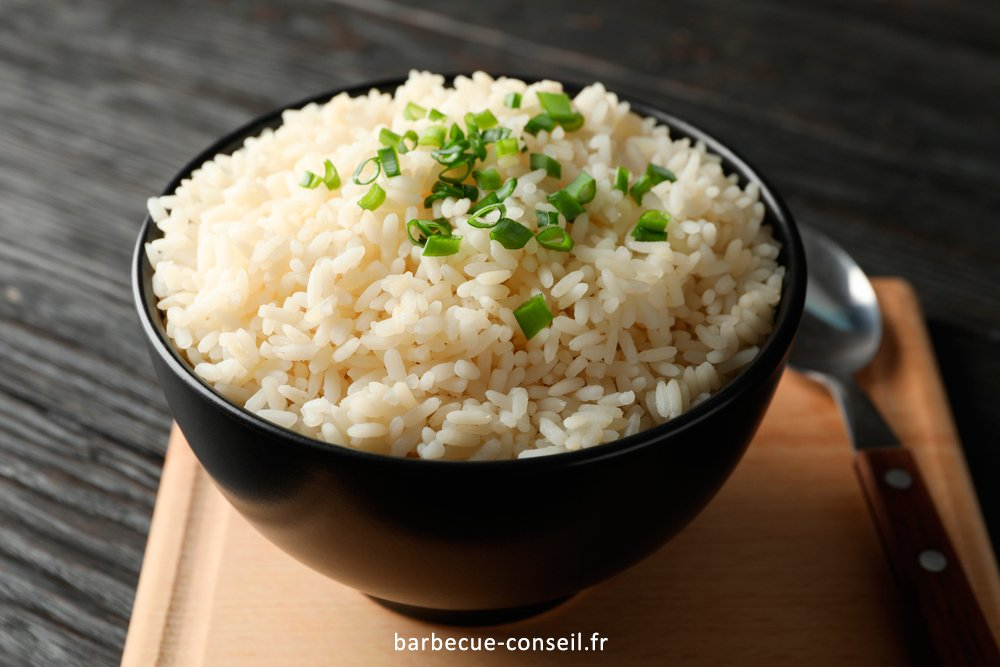 Un plat d'accompagnement classique est le riz