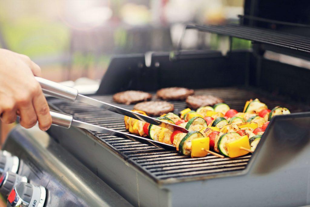 Le barbecue à gaz se caractérise par son allumage rapide et sa faible émission de fumée lors de la préparation des aliments.