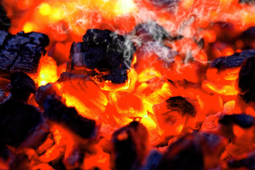 charbon de bois dans un barbecue